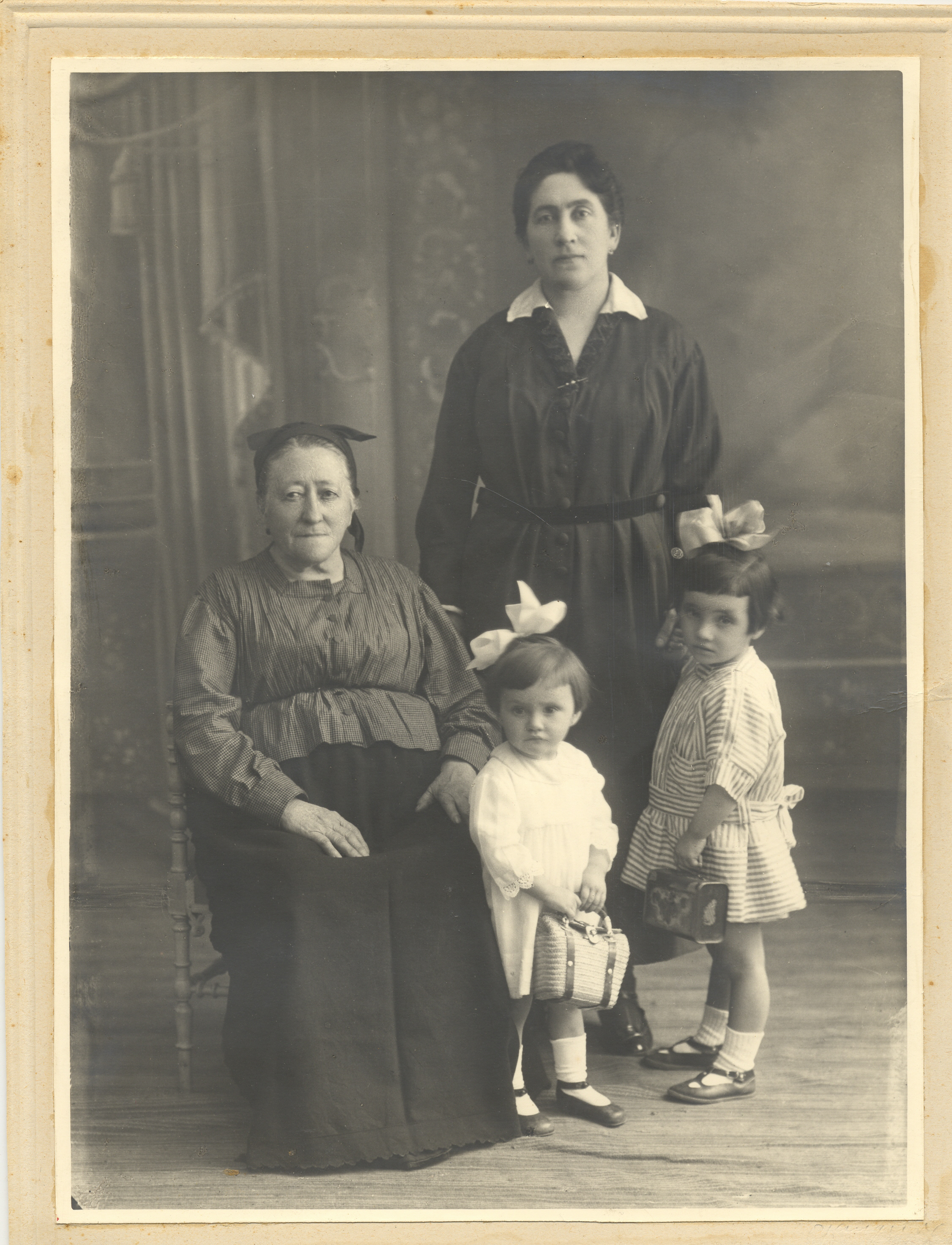 Con motivo del Día Internacional de la Mujer el Archivo Municipal realiza su especial homenaje a las mujeres eibarresas.