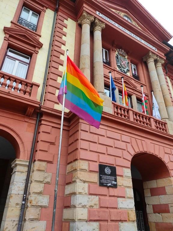Bandera arcoiris que ondea frente al Ayuntamiento de Eibar, en la céntrica plaza de Unzaga.
