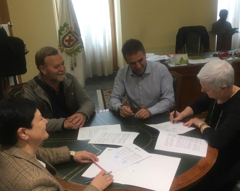 El Ayuntamiento de Eibar y los herederos de Benigno Plazaola han firmado un convenio para la donación y cesión de derechos del archivo fotográfico Benigno Plazaola