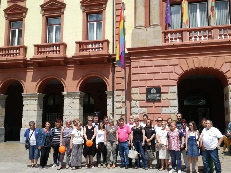 La corporación del Ayuntamiento de Eibar y la ciudadanía celebran el Día Internacional del Colectivo LGTBI