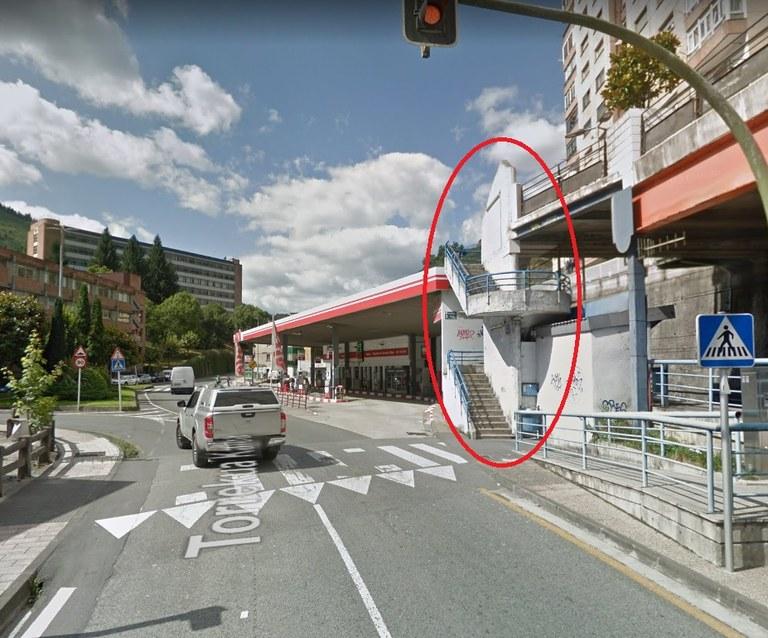 Escaleras que unen Torrekua con el Paseo de la Igualdad (ubicado sobre las vías del tren).