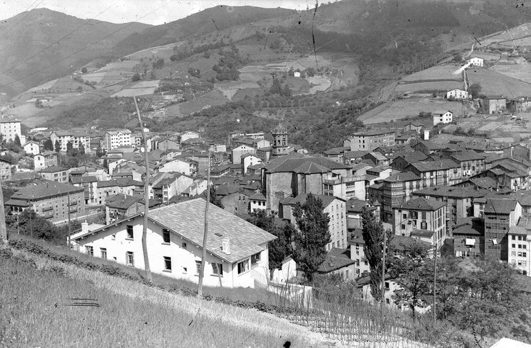 """""""Izenak eta izanak (Nombres y realidades)"""":  proyecto de recopilación del callejero histórico eibarrés"""