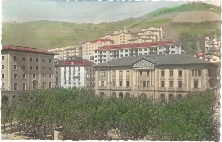 Eibar tiene 27.474 habitantes; 14.148 mujeres y 13.326 hombres. En el año 2016 el número de habitantes era de 27.493; 27.496 en el año 2017.