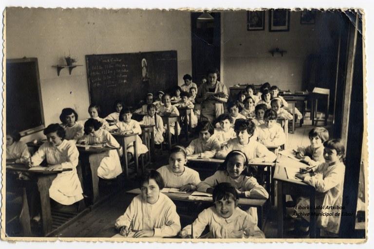 La maestra Hildelisa Arrizabalaga con sus alumnas. Foto: Archivo Municipal de Eibar.