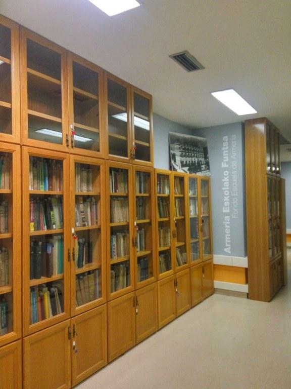 La Escuela de Armería cede parte de su fondo bibliográfico a la Biblioteca Municipal Juan San Martín
