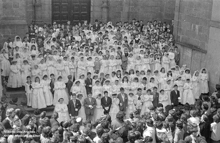 Comuniones en la parroquia de San Andrés (1956-05-06). Archivo Municipal de Eibar (Fondo Plazaola).