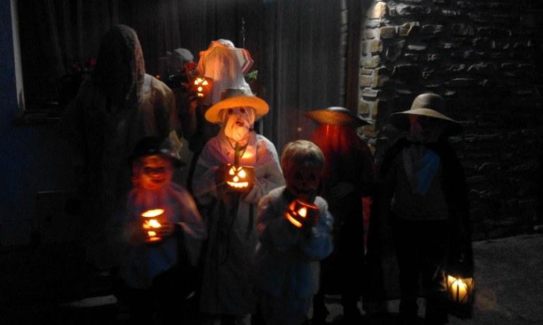 """Se ha publicado el libro """"Itzalitako kalabazen berpiztea""""; un trabajo de investigación etnográfico sobre las celebraciones infantiles Noche de Animas, Hallowen y La Noche Negra"""