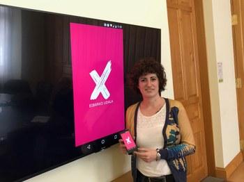En la imagen, Ana Telleria, responsable de la Delegación Gobierno Abierto, presentando la nueva app o aplicación móvil 'Eibarko Udala'.