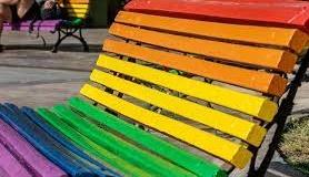 ¿Te animas a pintar bancos con los colores de la bandera arcoíris para reivindicar los derechos LGTBI+ en Eibar?