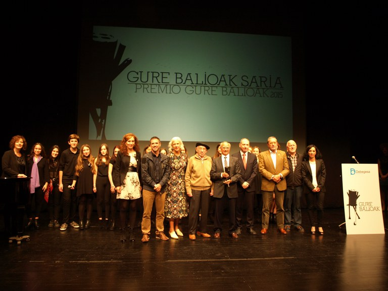 Antonio Cancelo recibe el Premio Gure Balioak de Debabarrena