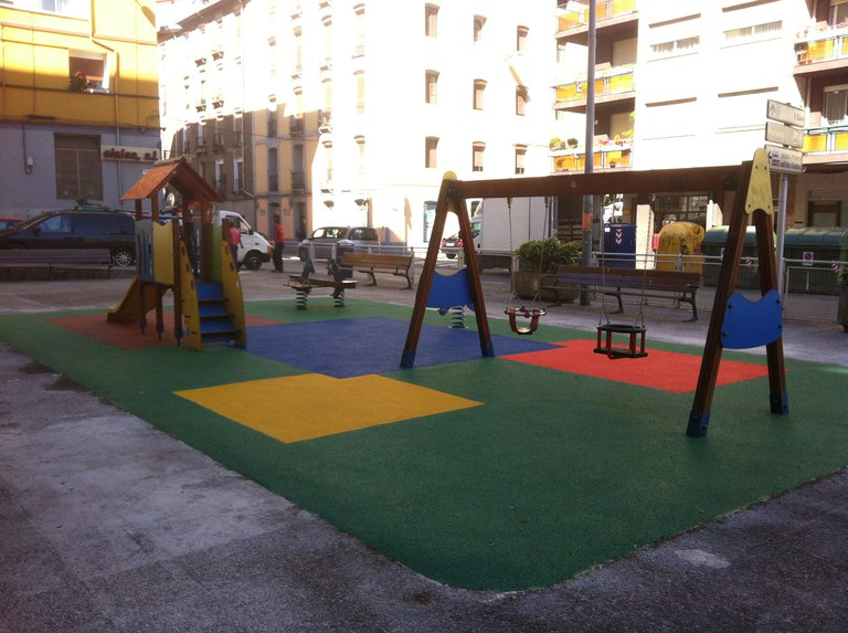 Cambio de suelo de los parques infantiles de las calles Barakaldo y Mutiola