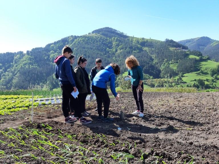 Casi 200 escolares eibarreses han participado en un programa para acercar a la sociedad urbana los valores del medio rural
