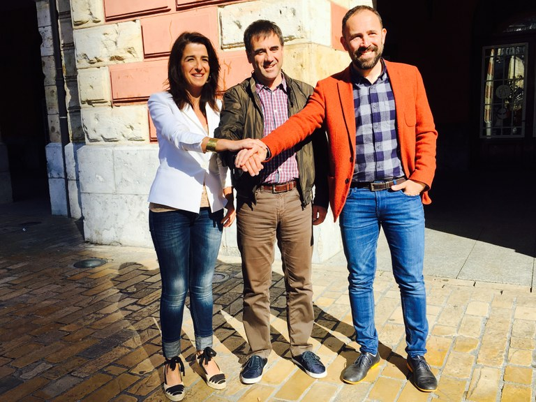 Representantes políticos del Ayuntamiento, Diputación y Gobierno Vasco se unen en un acto institucional para conmemorar el 80 aniversario del bombardeo de Eibar