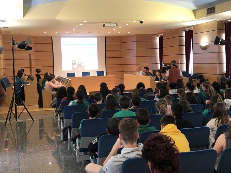 Eibar pone en marcha una nueva convocatoria de los programas 'Umeak Eskolara' y 'Dirulaguntzak ikasleei' de ayuda a escolares y estudiantes para el curso 2019-2020