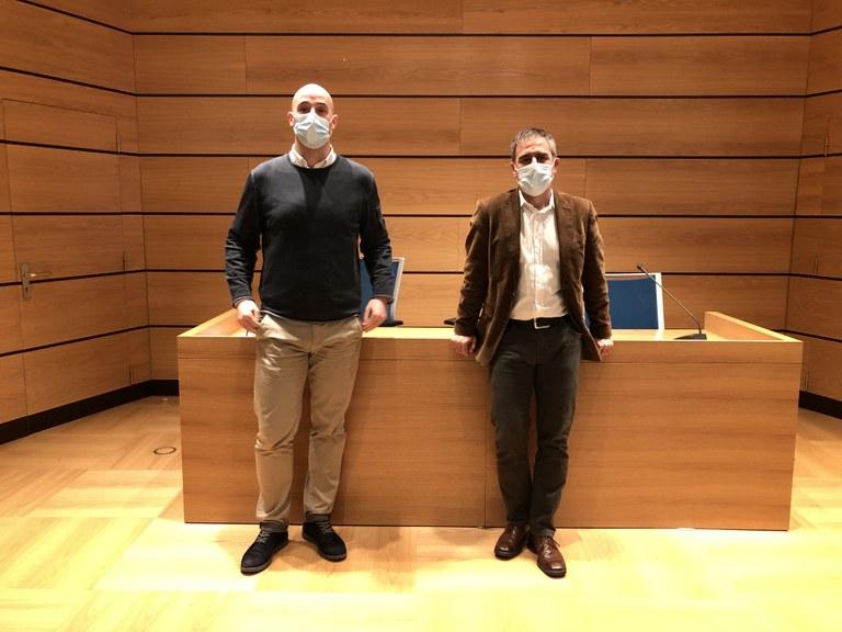 El Alcalde Miguel de los Toyos, acompañado de Jon Iraola, actual concejal de Obras, Urbanismo y Medio Ambiente.