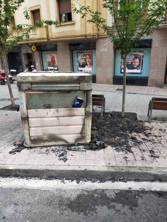 Imagen de un contenedor quemado en la calle Bidebarrieta.