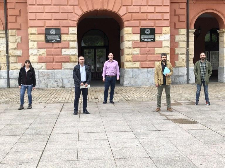 El alcalde de Eibar, Miguel de los Toyos, acompañado de los portavoces de los distintos grupos municipales.