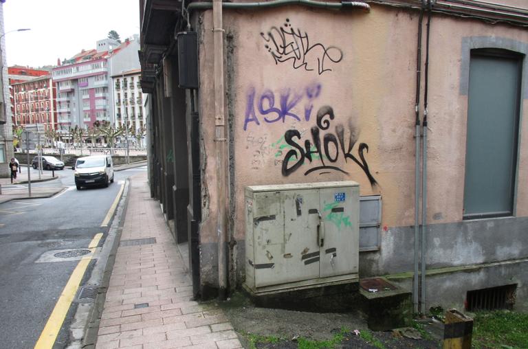 El Ayuntamiento de Eibar pone en marcha una nueva campaña de retirada de pintadas y grafitis de las fachadas