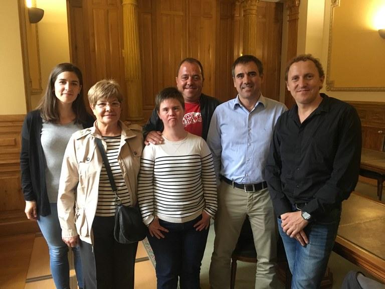 El Ayuntamiento de Eibar y Gureak y Atzegi firman un acuerdo de colaboración para la contratación de una persona con discapacidad en la organización