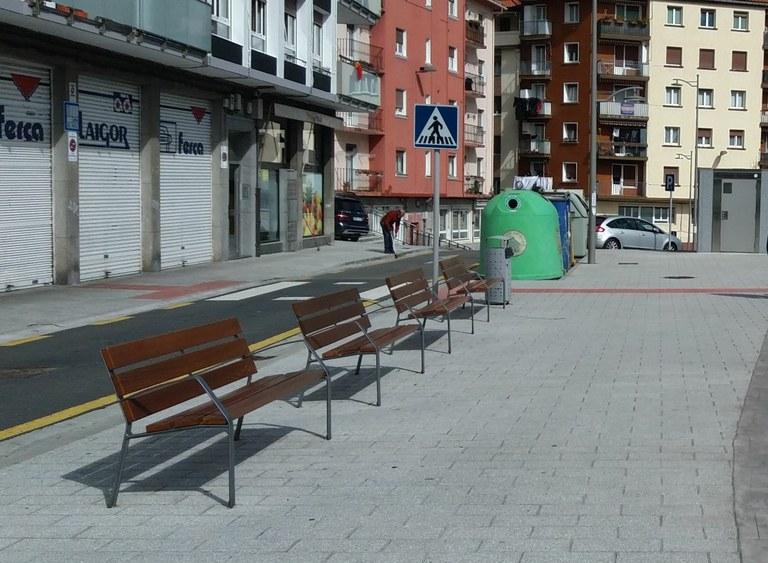 El Ayuntamiento prosigue con la renovación de los bancos de las calles de la ciudad