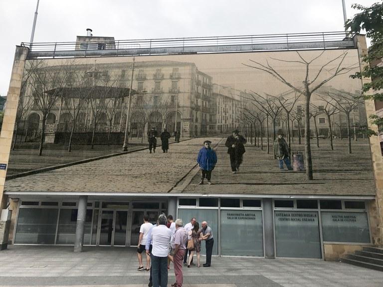 El Ayuntamiento va a retirar la fotografía colocada en el Centro Social Untzaga, a petición de las personas usuarias