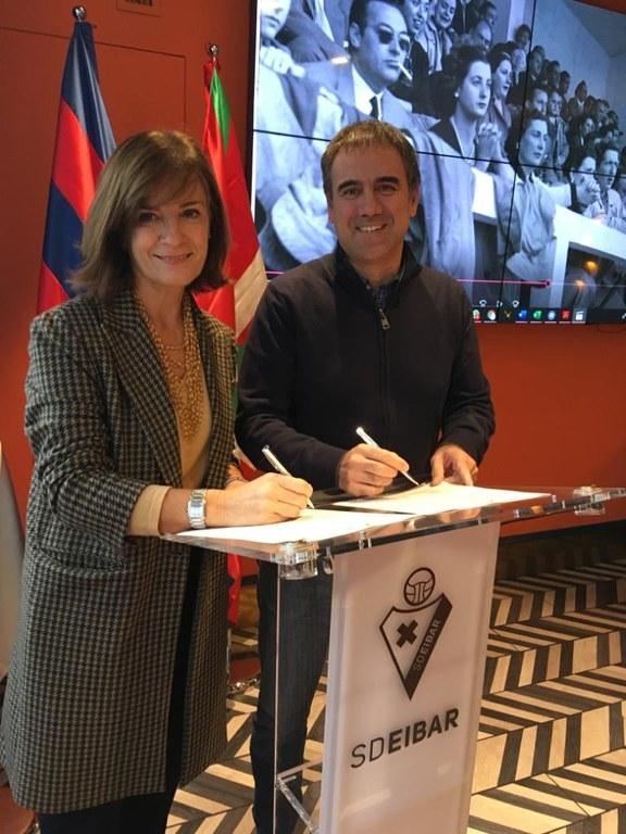 El Ayuntamiento y la SD Eibar firman un convenio de colaboración para la digitalización del fondo fotográfico de Benigno Plazaola