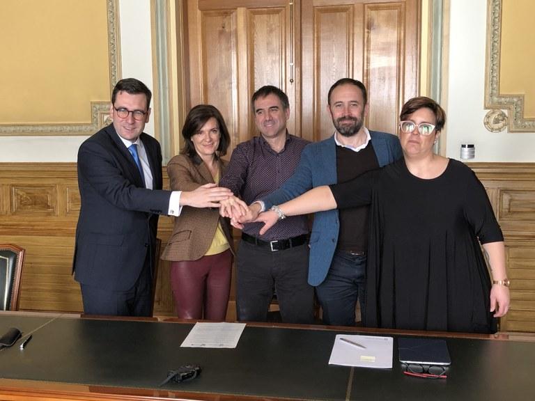Firmado el convenio correspondiente a las obras del campo de fútbol de Ipurua