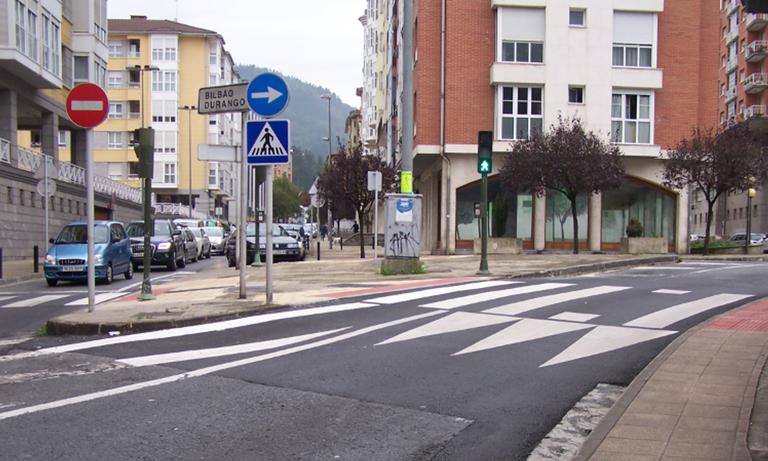 La construcción de los nuevos pasos peatonales sobreelevados en calles de Eibar finaliza este fin de semana