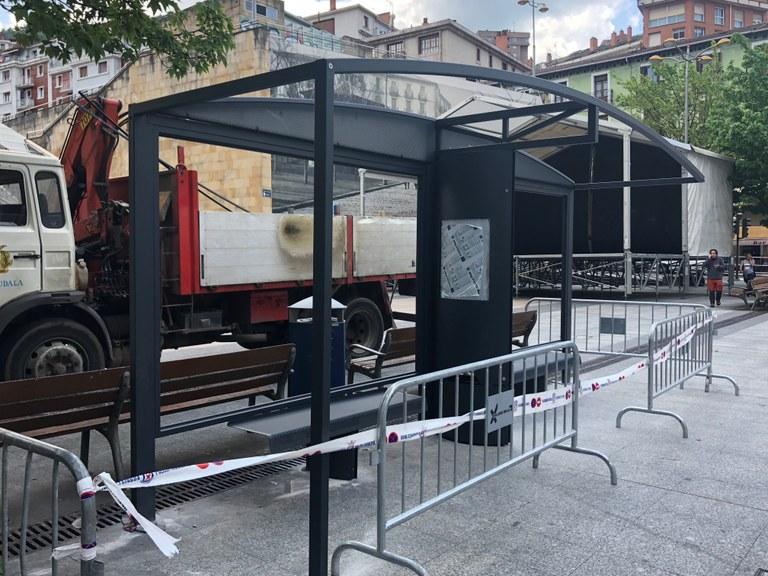 La parada de autobuses de la plaza de Untzaga cuenta ya con una nueva marquesina