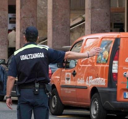 Policía Municipal dirigiendo el tráfico (Imagen de archivo).