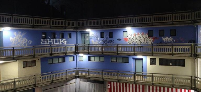 La Policía Municipal vuelve a identificar a dos conocidos grafiteros tras sorprenderles haciendo pintadas en Urkizu