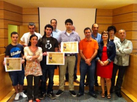 Reconocimiento del Ayuntamiento a Alumnos de Armeria eskola ganadores de los premios de Emprendizaje EJE (Empresa Joven Educativa) y URRATSBAT