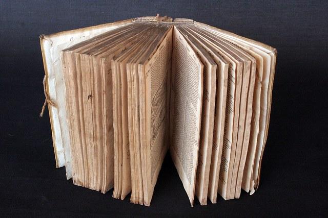 Restauración de libros pertenecientes al fondo de reserva de la Biblioteca