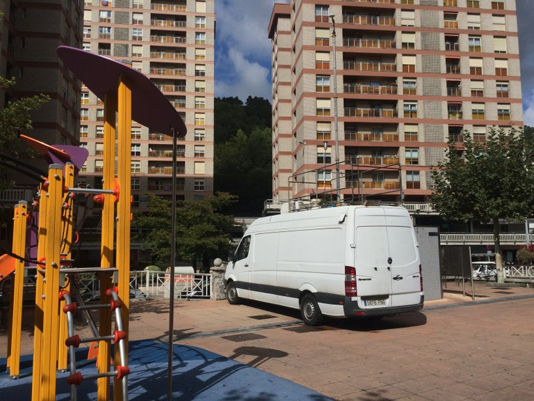 Una unidad móvil del Gobierno Vasco, instalada en el parque de Urkizu, continúa con la medición de la calidad del aire de Eibar