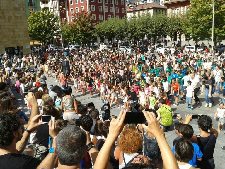 Ya se puede ver el flashmob Eibarren euskaraz bizi nahi dut