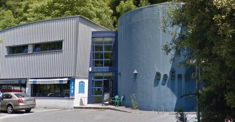 Ezkerraldean, enpresa-haztegi berria kokatuko den eraikina, eta eskuinaldean, Debegesa.