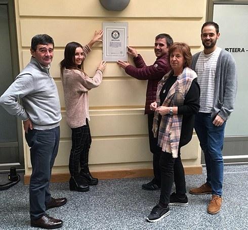 Eibar Guinness errekorraren jabe dela ziurtatzen duen agiri ofiziala ipini du alkateak udaletxeko patioan