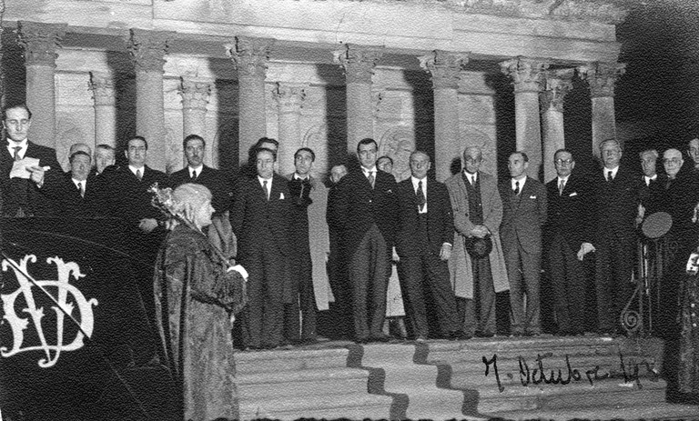 Jose Antonio Agirre lehendakaria zin egiten Gernikan (1936ko urriaren 6a): Argazkia: Sabino Arana Fundazioa