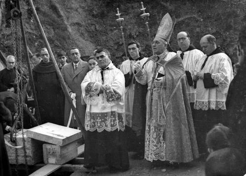 1951. Elizaren lehenengo harria ipintzen. Argazkia: Ojanguren – Gure Gipuzkoa.